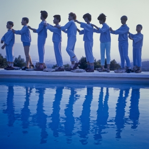 1978 Summer Camp Round dance on the evening.  1978 Les grandes vacances Ronde du soir.  Bernard Faucon / Agence VU