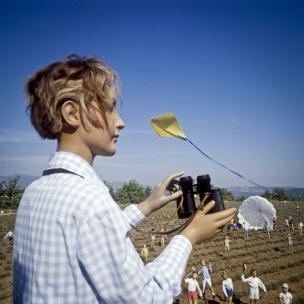 1978 Summer Camp The binoculars.  1978 Les grandes vacances Les jumelles.  Bernard Faucon / Agence VU