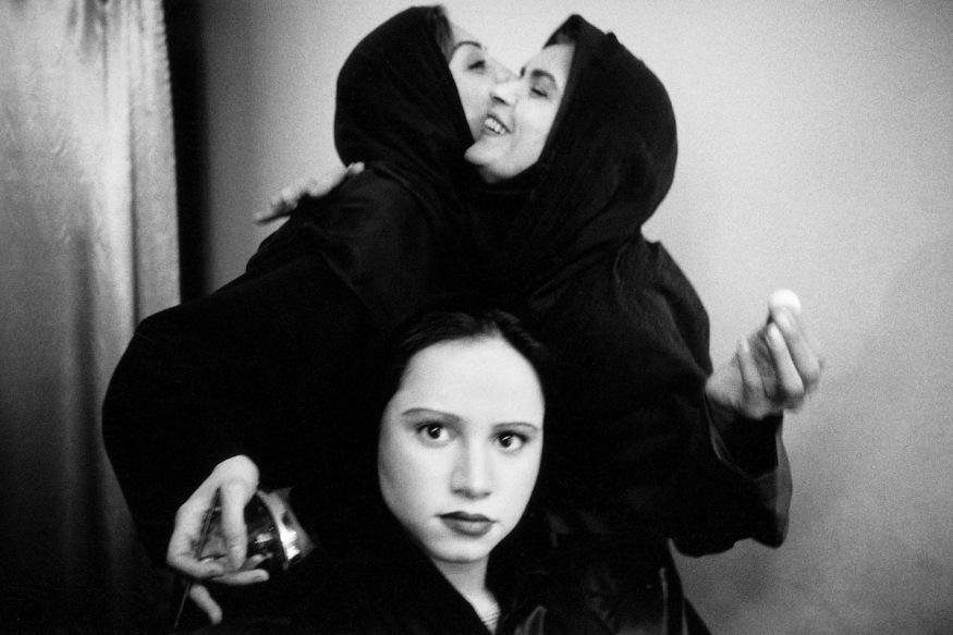 1999 - Téhéran, les coulisses du théâtre de la ville. Sarah, jeune comédienne, s'apprête à jouer ce soir dans une pièce de Woody Allen.
