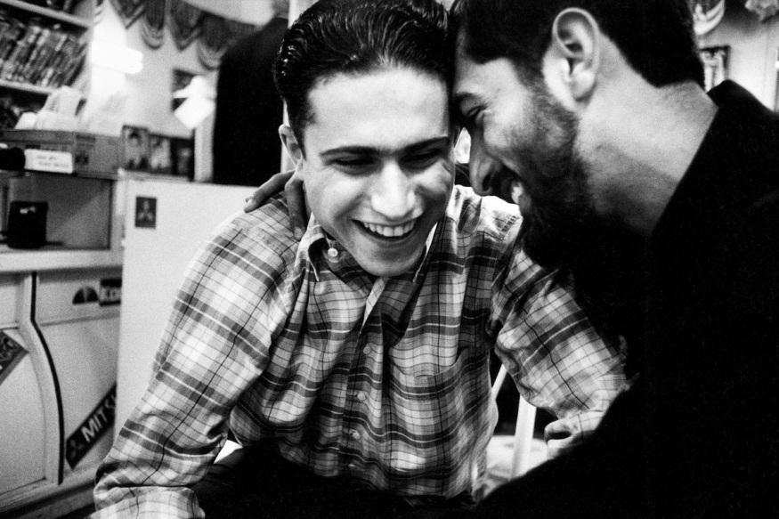 1999 - Ali rêve de vivre à Téhéran, ou même en Amérique. Mehdi, lui, rêve d'un beau mariage, d'avoir des enfants. Et que Dieu leur donne la santé.