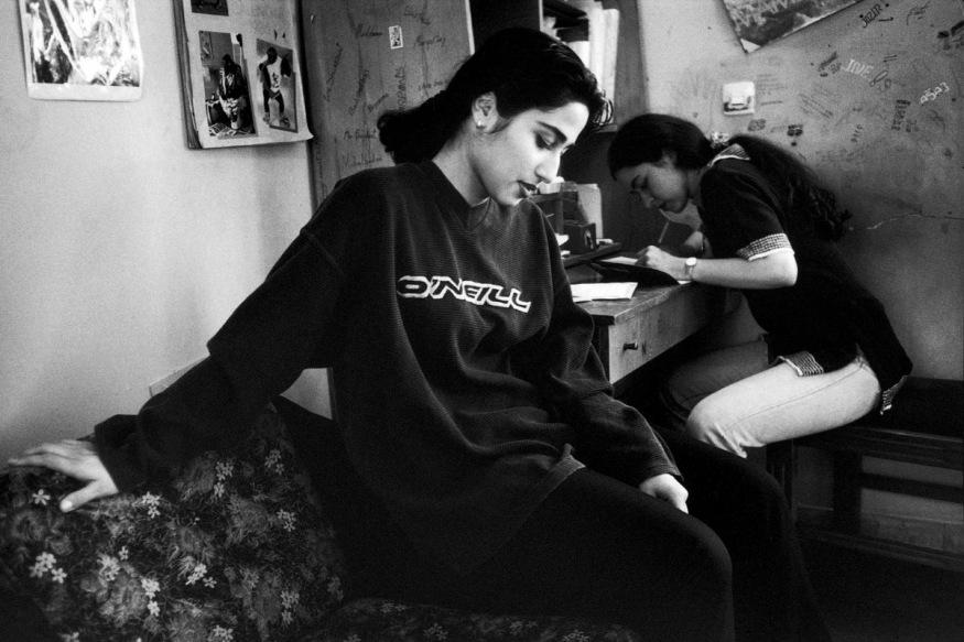 1999 - Djelbeh vient l'après-midi chez Delaram pour étudier. Ensuite, elles vont sur l'avenue de la Culture à la rencontre furtive de garçons.