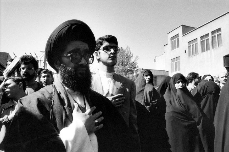 1999 - Téhéran - avril 1999. Le chef des bassidjs Sayâd Shirazi est devenu martyr. Il a été assassiné un matin devant sa porte. Une foule immense s'est déversée dans les rues pour ses obsèques.