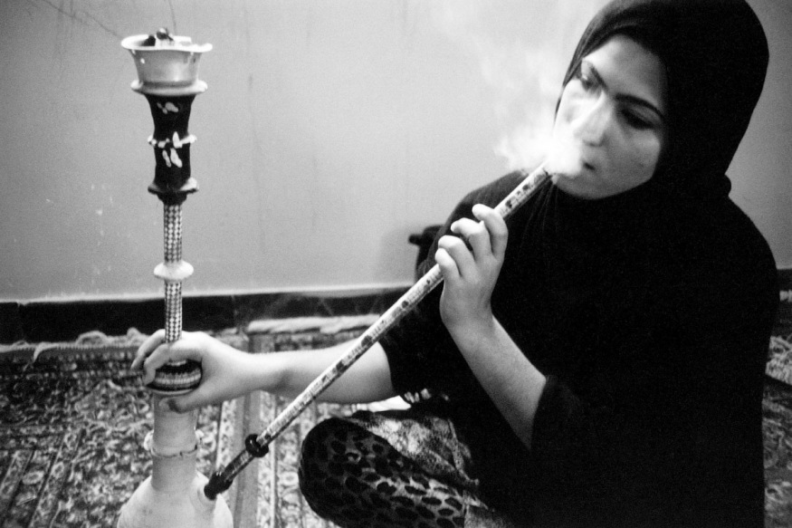1999 - Bandar Lengheh- février 1999. Ismat, jeune femme au foyer, a deux enfants. Dès que son mari, chauffeur d'autobus, part travailler, elle s'installe devant son narguilé.