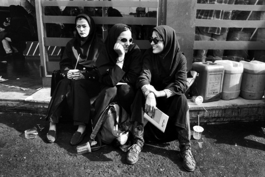 1999 - Etudiantes devant le snack près de l'université des arts.