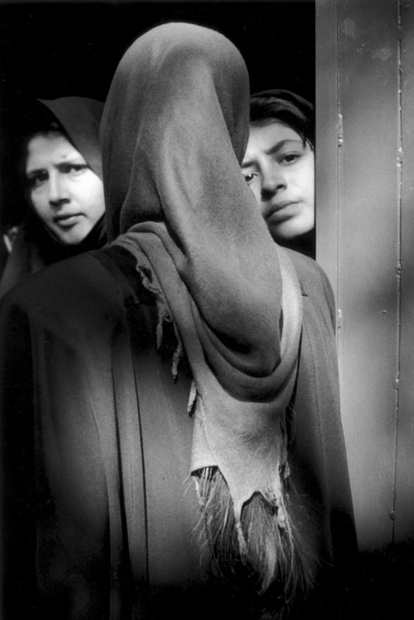 Iran, Téhéran, novembre 1998 - Les filles osent dévoiler quelques centimètres de leur chevelure.