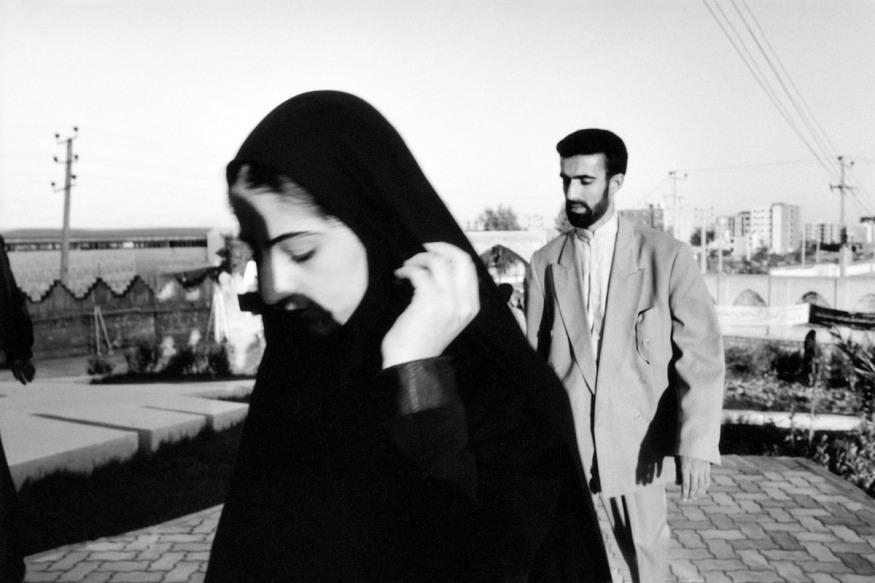 1999 - Bandar Abbas, université - février 1999. La pudeur force à baisser les yeux. C'est un signe de respect. Lever les yeux sur un être, c'est le dévoiler un peu et ne plus l'oublier.