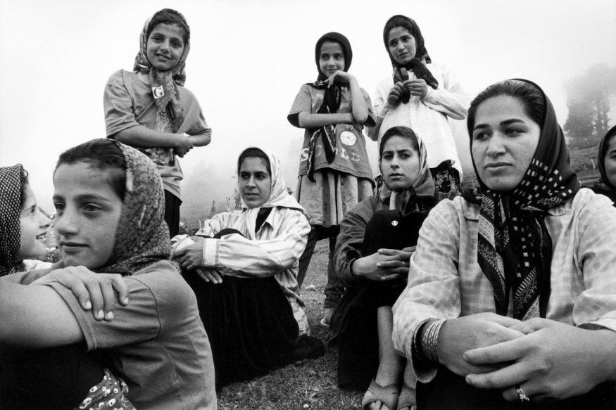 Juillet 1999Les filles du village ont pour seule préoccupation d'aller chercher l'eau à la source, de traire les vaches et de préparer les repas. A part ça, c'est l'ennui du temps qui passe.