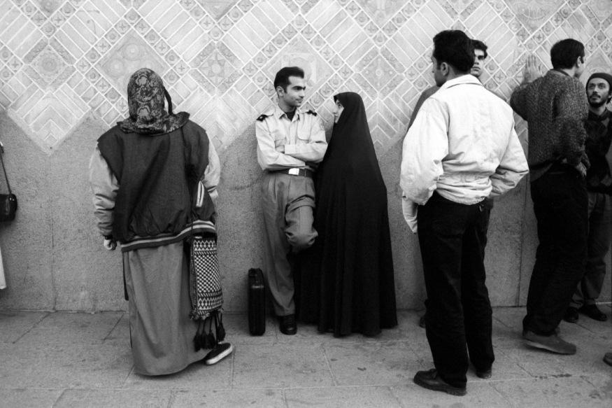 Iran, Téhéran, Novembre 1997 - En attendant l'ouverture du théâtre Shahr (théâtre de la ville).