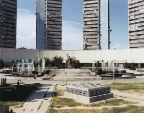 © RIP HOPKINS / AGENCE VUHOME AND AWAYOUZBEKISTAN, 200203/08/02The Khamid Olimdjon monument and Business Centre with flats for sale above it in Tashkent's town centre.N°10650