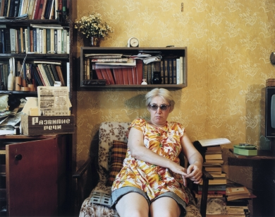 © RIP HOPKINS / AGENCE VUHOME AND AWAYOUZBEKISTAN, 200204/08/02Amelia Wolfhart in her sitting room. She is 45 years old. She is German and teaches at Tashkent's Institute of History. Her parents were ethnic Germans from Ukraine sent by Stalin to a Gulag in Siberia. They came to Uzbekistan in 1964 as they were forbidden to return to Ukraine by the Soviet authorities. She wants to leave but has nowhere to go.N°10650