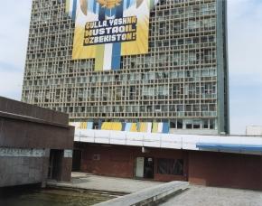 © RIP HOPKINS / AGENCE VUHOME AND AWAYOUZBEKISTAN, 200205/08/02The inscription on this building (Gulla Yashna Mustaqil Ozbekiston!) in Tashkent's town centre reads : Let  independent Uzbekistan flourish!N°10650