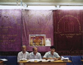 © RIP HOPKINS / AGENCE VUHOME AND AWAYOUZBEKISTAN, 200206/08/02Sholom, Isak and Iosef in Tashkent's Bukhara Synagogue.Sholom is 62 years old. He is a retired cobbler. He was born in Bukhara and he has already left for Israel to join his family.Isak is 60 years old. He is a retired shopkeeper. He was born in Bukhara and has already left for Israel to join his family.Iosef is 30 years old. He is an electrician. He was born in Bukhara and has already left for New York via Israel to join his family.N°10650