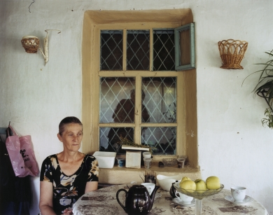 © RIP HOPKINS / AGENCE VUHOME AND AWAYOUZBEKISTAN, 200207/08/02Nataliya Popova in her house in Gazalkent, 60 kilometres north of Tashkent. She is 54 years old. She is a retired librarian. Her Russian and Bielorussian grandparents were sent here by Stalin in 1934. She wants to leave for Russia.N°10650