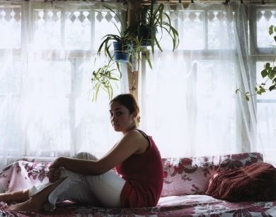 © RIP HOPKINS / AGENCE VUHOME AND AWAYOUZBEKISTAN, 200207/08/02Dina Popova lives with her mother Natalia in Gazalkent, 60 kilometres north of Tashkent. She is 18 years old. She is studying at Tashkent's college of art. Her grandparents were sent here by Stalin in 1934. She wants to leave for Europe once she finishes her studies.N°10650