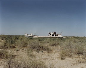 © RIP HOPKINS / AGENCE VU HOME AND AWAY OUZBEKISTAN, 2002  22/08/02 Beached fishing boat in what was previously Muynak harbor town's port. (Northwest Uzbekistan in the Karakalpakstan Republic which borders Turkmenistan and Kazakhstan).  N°10650