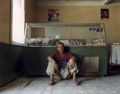 © RIP HOPKINS / AGENCE VU HOME AND AWAY OUZBEKISTAN, 2002  22/08/02 Nikolay Gilyoav in Muynak harbor town's grocery shop (Northwest Uzbekistan in the Karakalpakstan Republic which borders Turkmenistan and Kazakhstan). He is 50 years old. He is unemployed and has spent 23 years in Karakalpakstan's Turtkul prison. His father kidnapped his mother and to escape punishment he took her from Russia to Muynak in 1949. He wants to leave, but has nowhere to go.  N°10650
