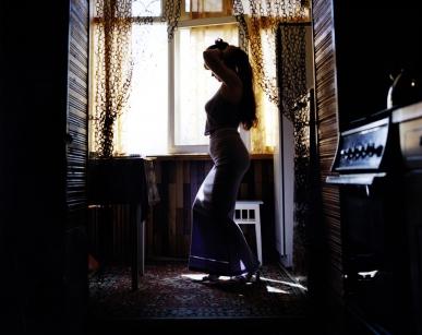 Rip HOPKINS / Agence VU OUSBEKISTAN 2002  Gavrega Natalia Stepanovna dans son appartement à Angren. Elle a 38 ans. Elle est professeur d'anglais dans une lycée d'Angren. Ses parents sont venus à Angren de la Russie en 1950 pour construire la ville. Elle veut partir en Russie. 16/08/02