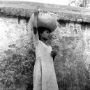 jeune fille portant un baluchon