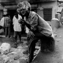Ouvrier dans le transport de mangues attendant les ordres