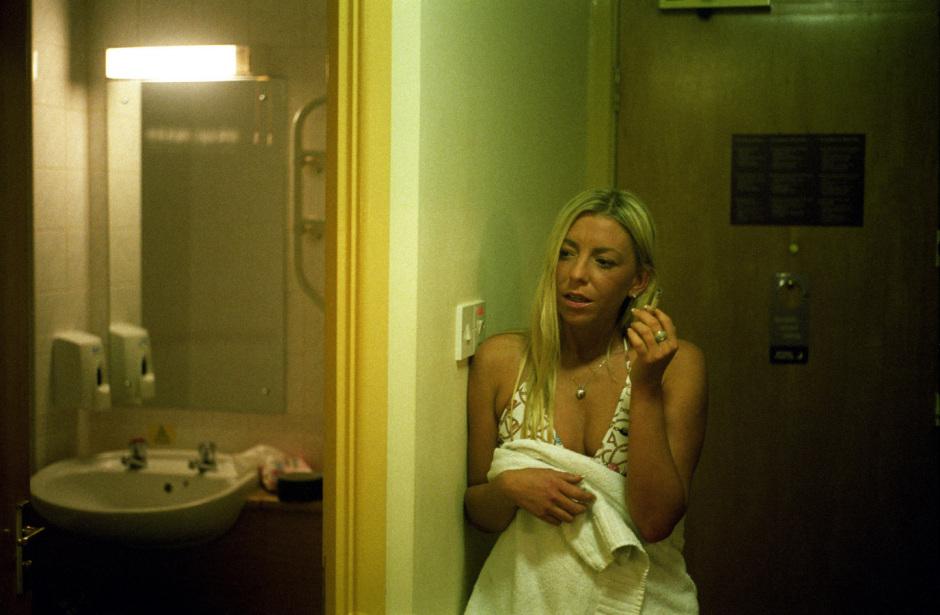 England, Sheffield, 2007Porn actress watching sex scene.Angleterre, Sheffield, 2007Une actrice porno regarde une scËne de sexe. © Michael Grieve / Agence VU