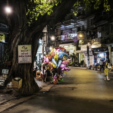 Vietnam, Hanoi, 24 April 2015Balloon sellerVietnam, Hanoi, 24 avril 2015Vendeuse de ballonsFranck Ferville / Agence VU