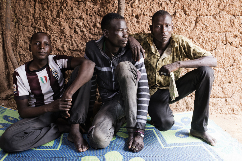 Niger, Zinder, Al Dawa, June 23rd 2016Manirou Bako (center), 25 years old, Halilou Chapiou (right), 30 years, and Zaneidou Gambo, 28 years old, in a shelter in Al Dawa.They went in Algeria to find a work, and contracted many debts to pay the trip. Because they didn't earn enough money, they had to sell their field once they get back home.Niger, Zinder, El Dawa, 23 juin 2016Dans le village d'El Dawa, Manirou Bako, 25 ans(au centre), Halilou Chapiou (à droite), 30 anset Zaneidou Gambo, 28 ans, posent sous un abri dans leur village de El Dawa.Tous trois sont partis travailler en Algérie et ont contracté de fortes dettes pour se payer le voyage. N'ayant pas fait fortune pour diverses raisons, ils ont du vendre leur champ à leur retour.Michaël Zumstein / Agence VU